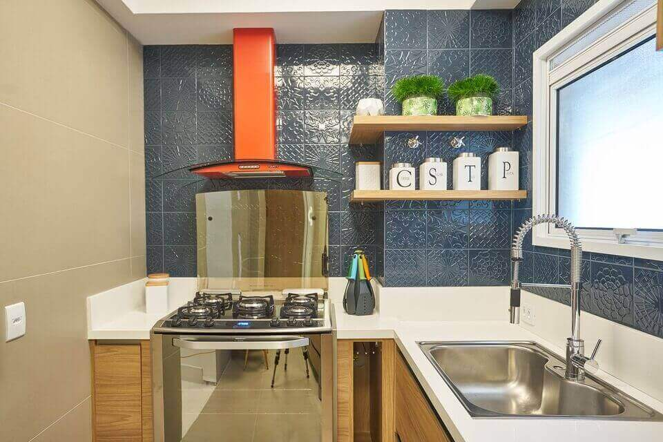 cerâmica para parede - parede de azulejo escuro, cuba embutida e fogão