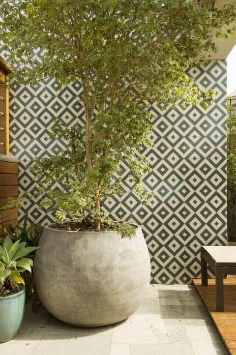 cerâmica para parede - varanda com azulejo geométrico na parede de vaso