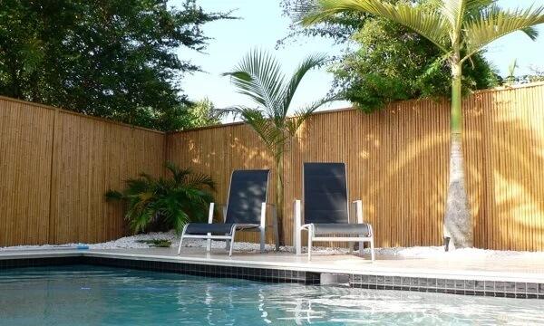 Modelo de cerca de bambu para área da piscina