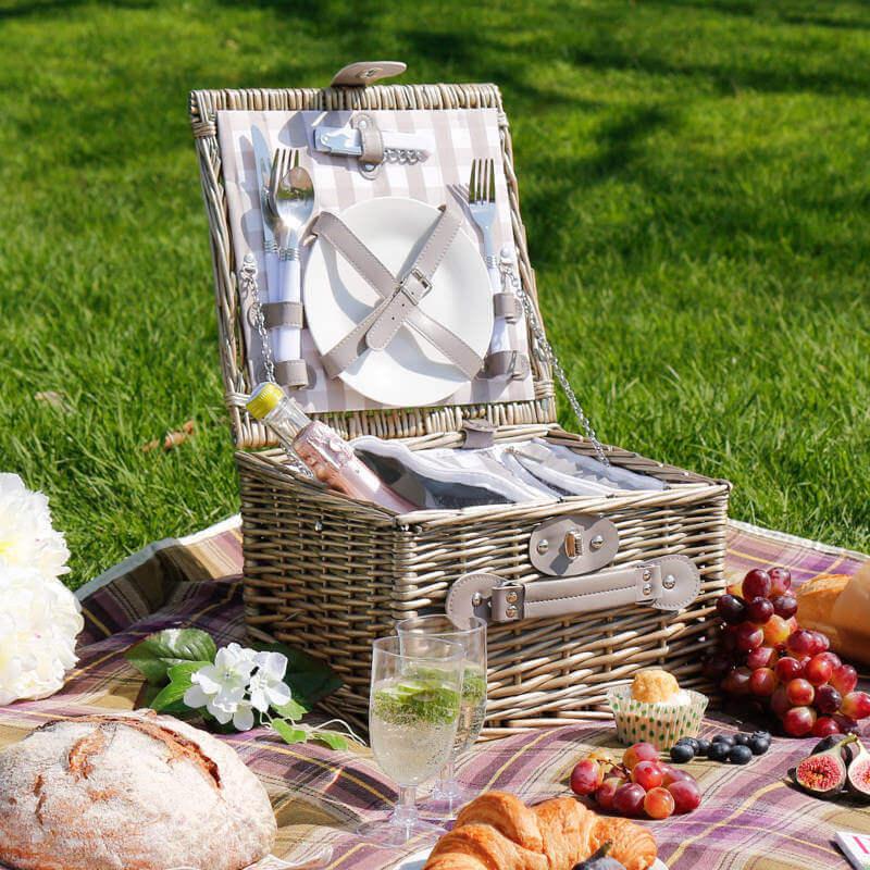cesta de piquenique com talheres e pratos para festa de picnic Foto Pinosy
