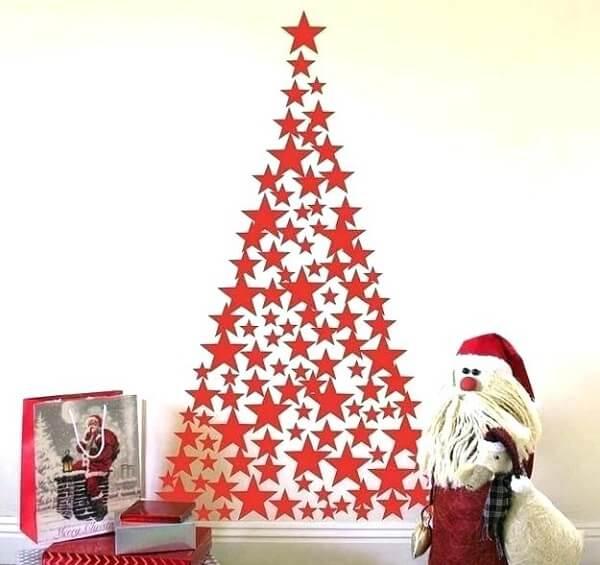 Árvore de Natal na parede feita com estrelas em tom vermelho