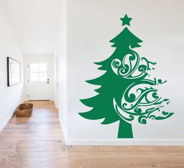Árvore de Natal na parede feita com adesivo
