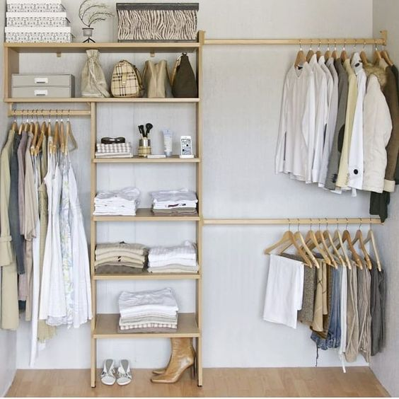 closet aberto - close com prateleiras de madeira