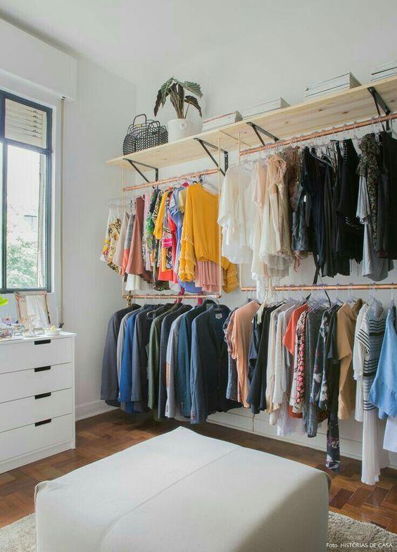 closet aberto - closet com prateleiras de madeira