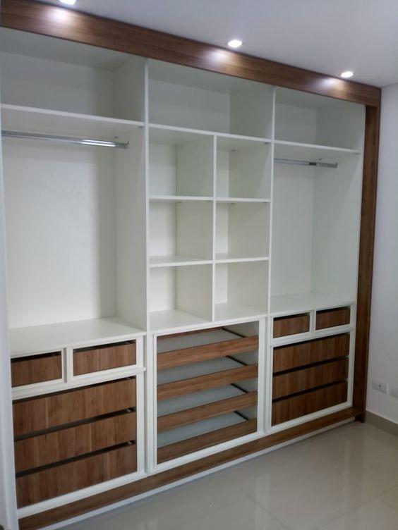 closet aberto - closet embutido com cores branca e marrom