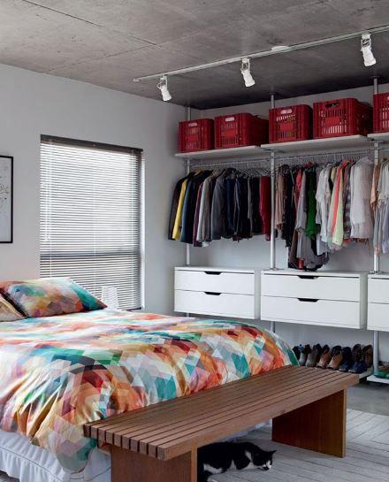 closet aberto - quarto com closet aberto e roupa de cama colorida