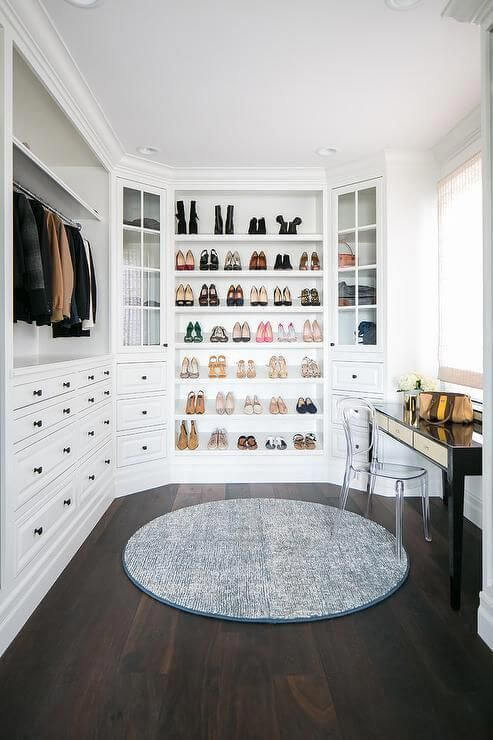 Closet feminino branco com aparador e cadeira de acrílico