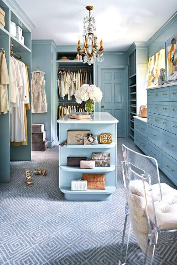 Closet feminino com móveis azuis