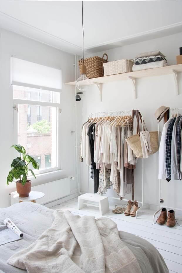 Closet feminino simples com araras e prateleiras