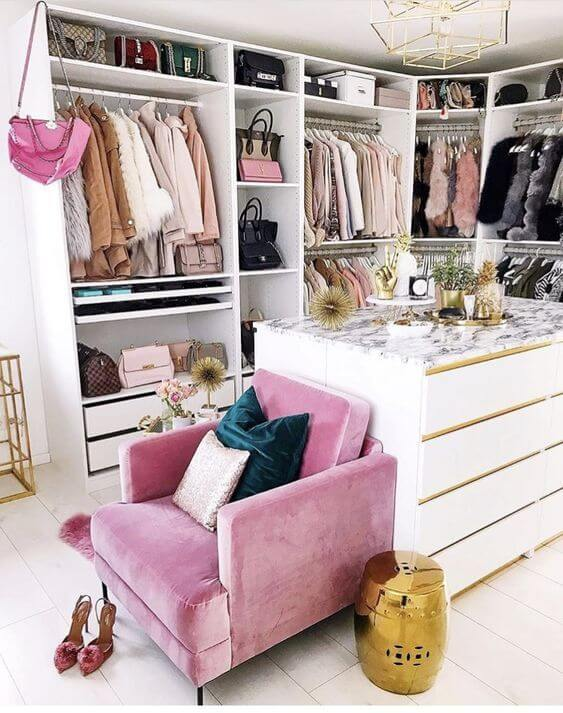 Closet feminino branco com poltrona colorida