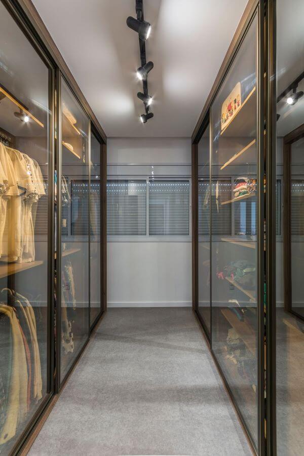 Closet feminino com portas de vidro de correr