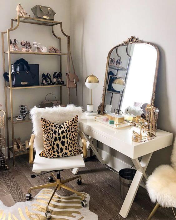 Closet feminino com detalhes em dourado e almofada de onça