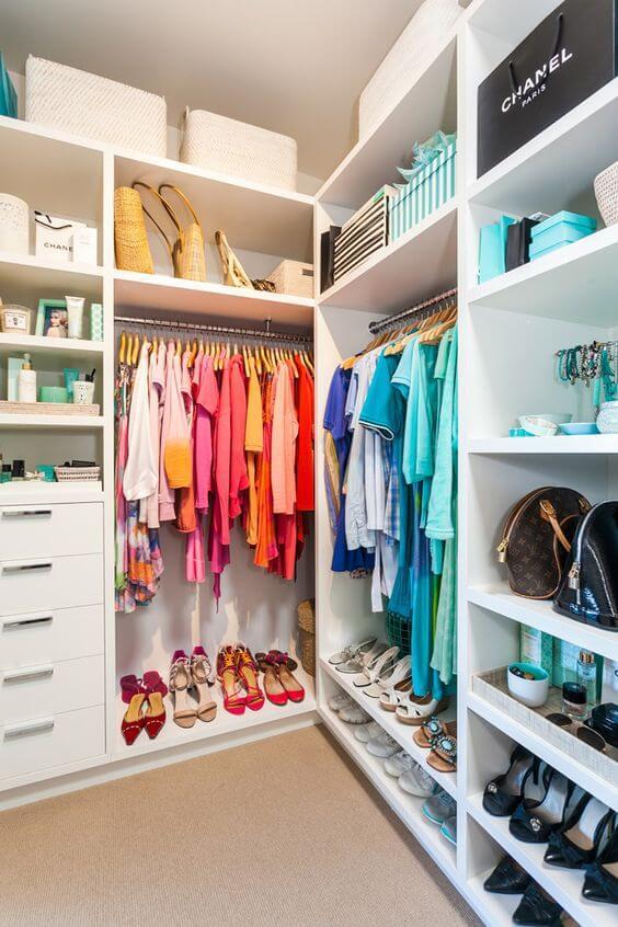 Closet feminino organizado por cores