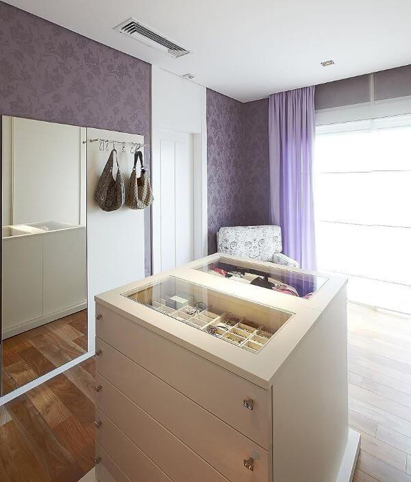 Closet feminino com papel de parede roxo
