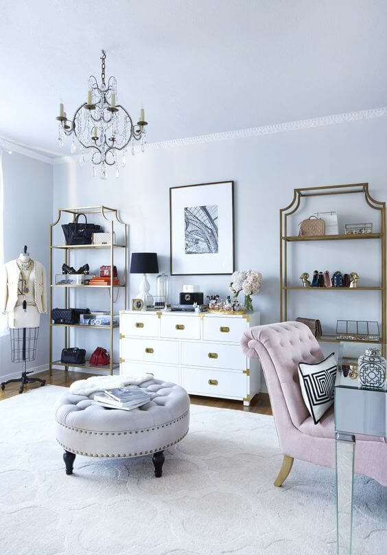 Closet feminino com prateleiras em dourado