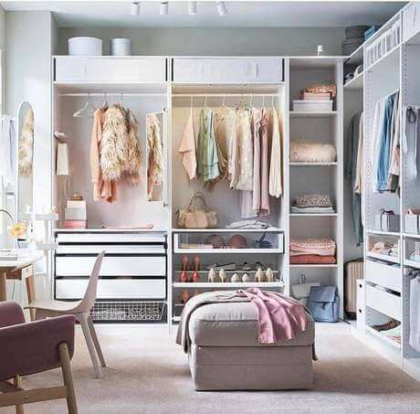 Closet feminino com puff neutro
