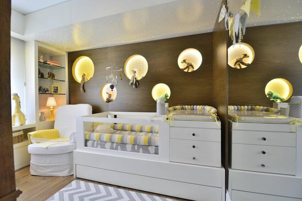 cor amarela - ambiente com decoração azul e tapete estampado