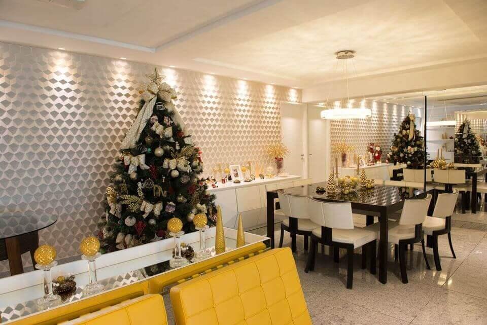 cor amarela - aparador espelhado e cadeiras de couro amarelo