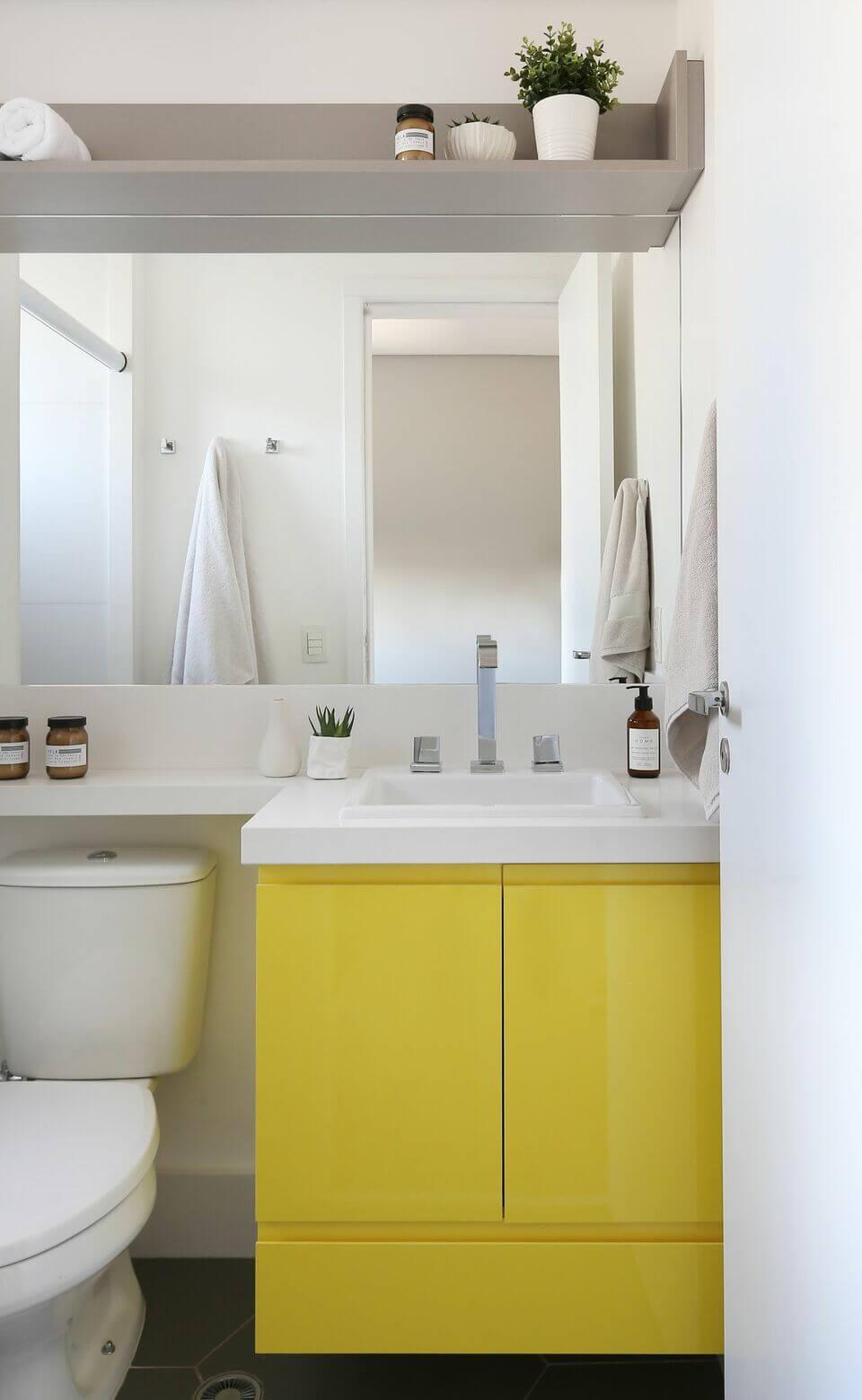 cor amarela - armário amarelo no banheiro branco