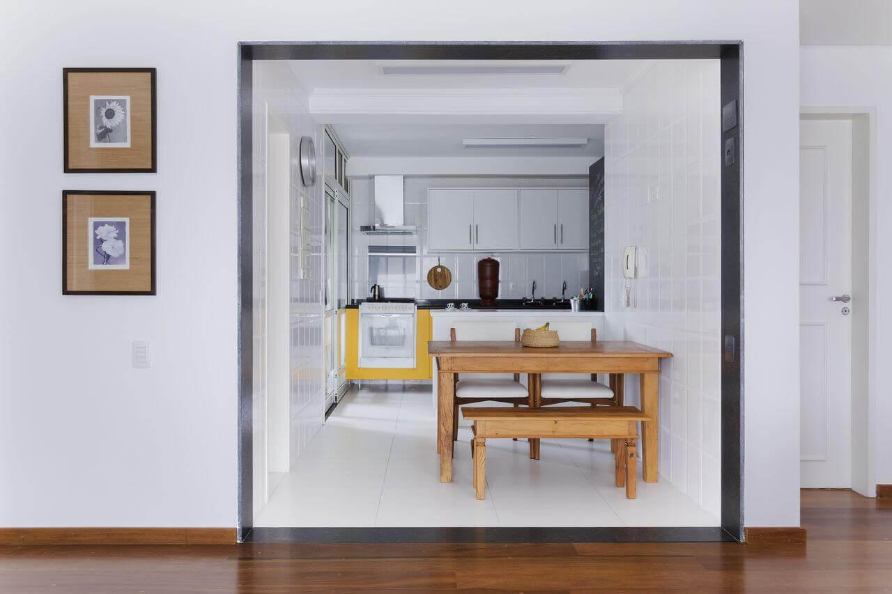 cor amarela - banco de madeira, meda e cadeira om estofado