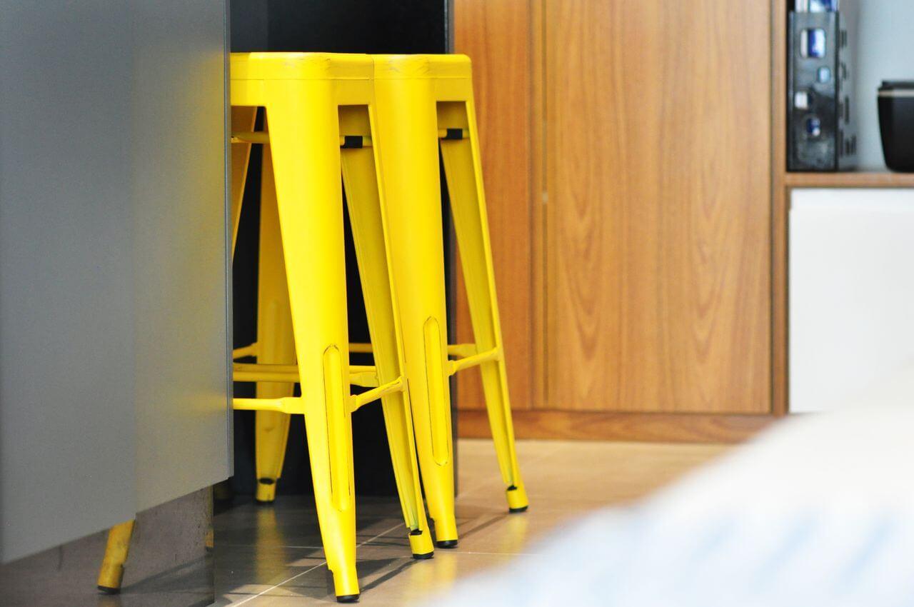 cor amarela - bancos amarelos