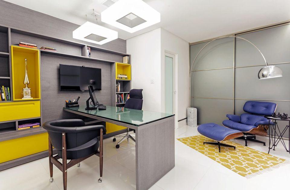cor amarela - cadeira de couro preto e tapete estampado amarelo