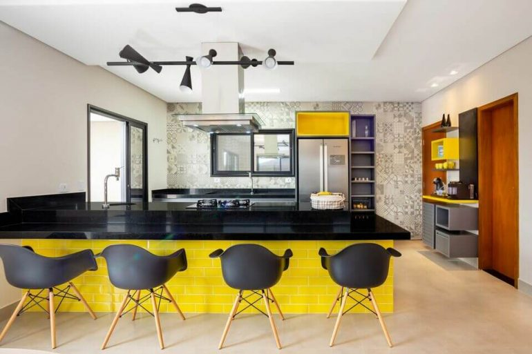 cor amarela - cadeiras acrílicas cinza e revestimenro amarelo - Andrea Petini
