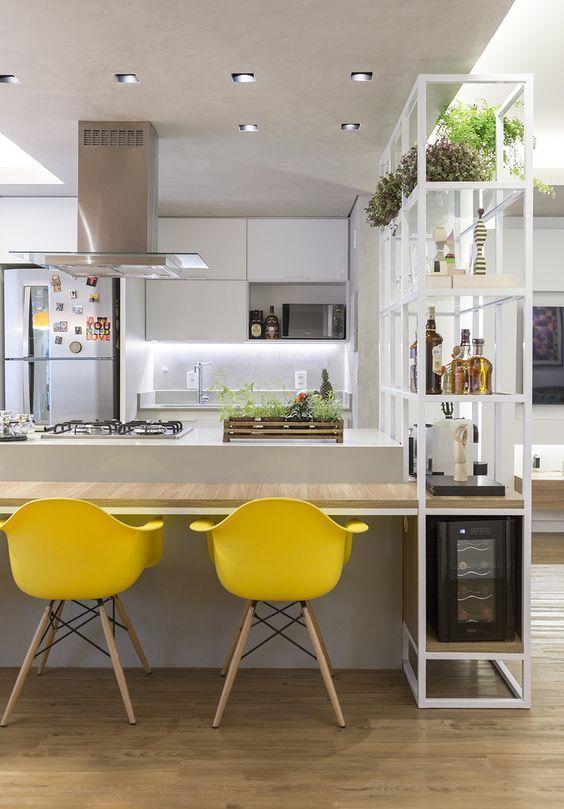 cor amarela - cadeiras de plástico amarelo e bancada de madeira