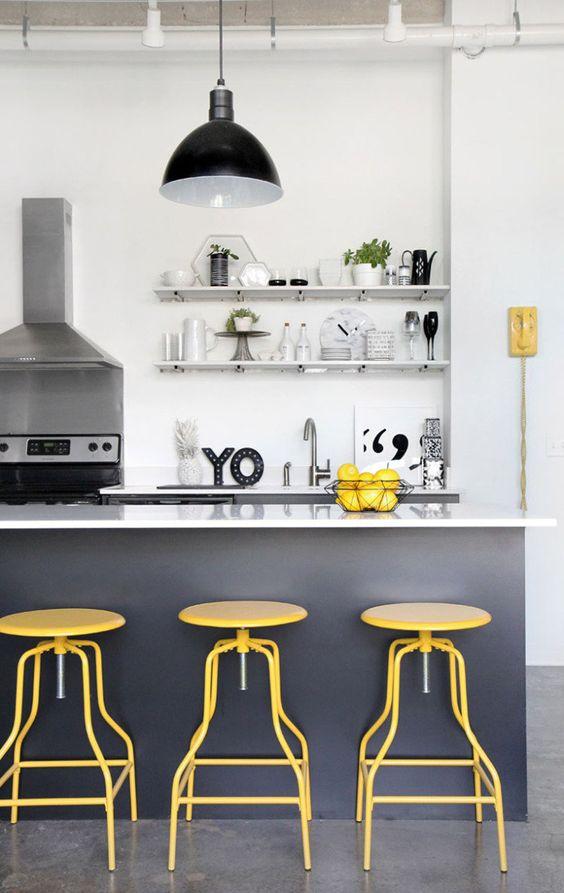 cor amarela - cozinha americana com banquetas amarelas