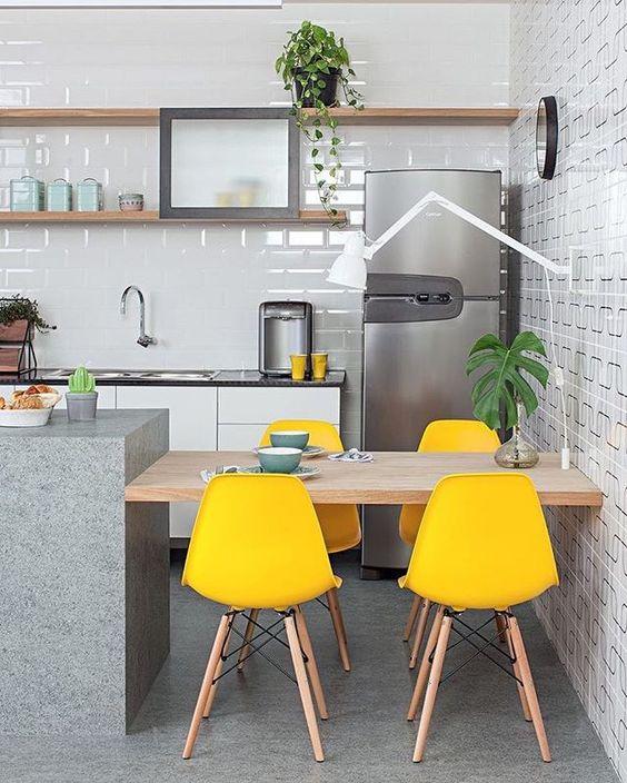 cor amarela - cozinha com cadeiras amarelas