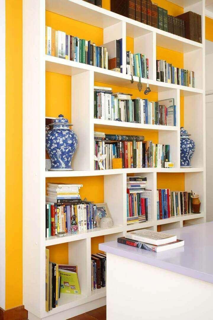 cor amarela - home office com estante de livros brancos