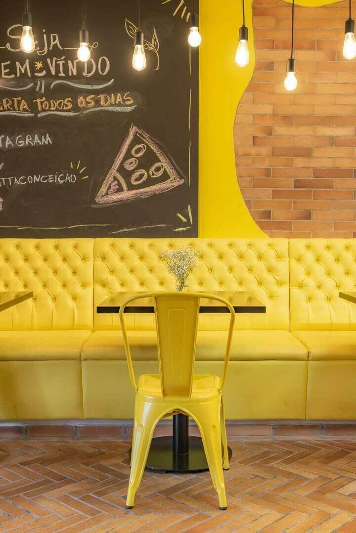 cor amarela - luminárias retrô e banco capitonê de couro amarelo