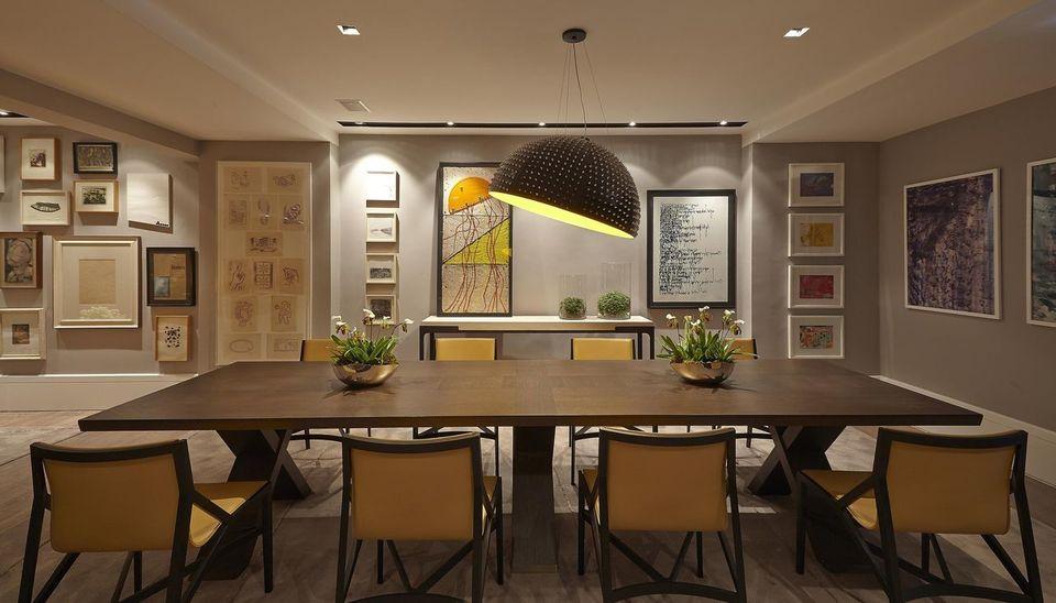 cor amarela - mesa com tampo de madeira e pendente metálico