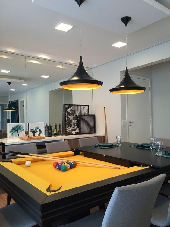 cor amarela - mesa preta com tecido amarelo e pendente metálico