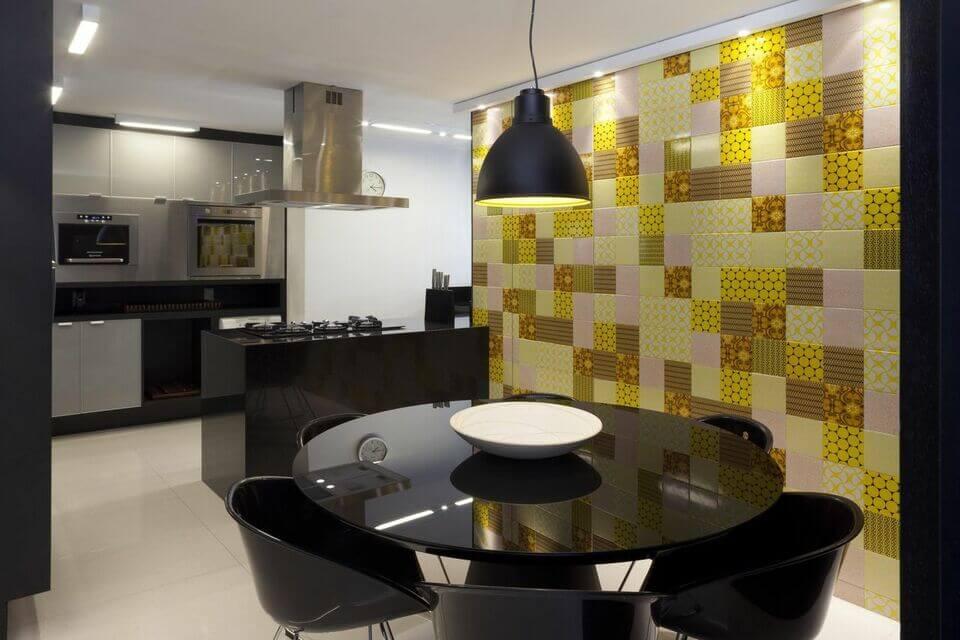 cor amarela - parede com revestimento amarelo e mobiliário preto