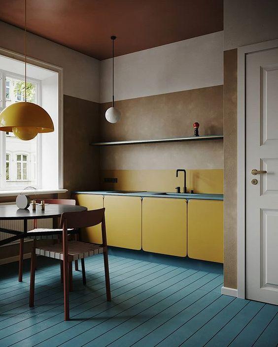 cor amarela - pendente metálico amarelo e piso de madeira azul