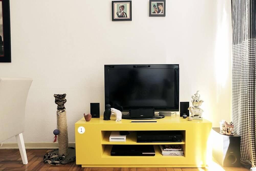cor amarela - rack amarelo com televisão na sala de estar