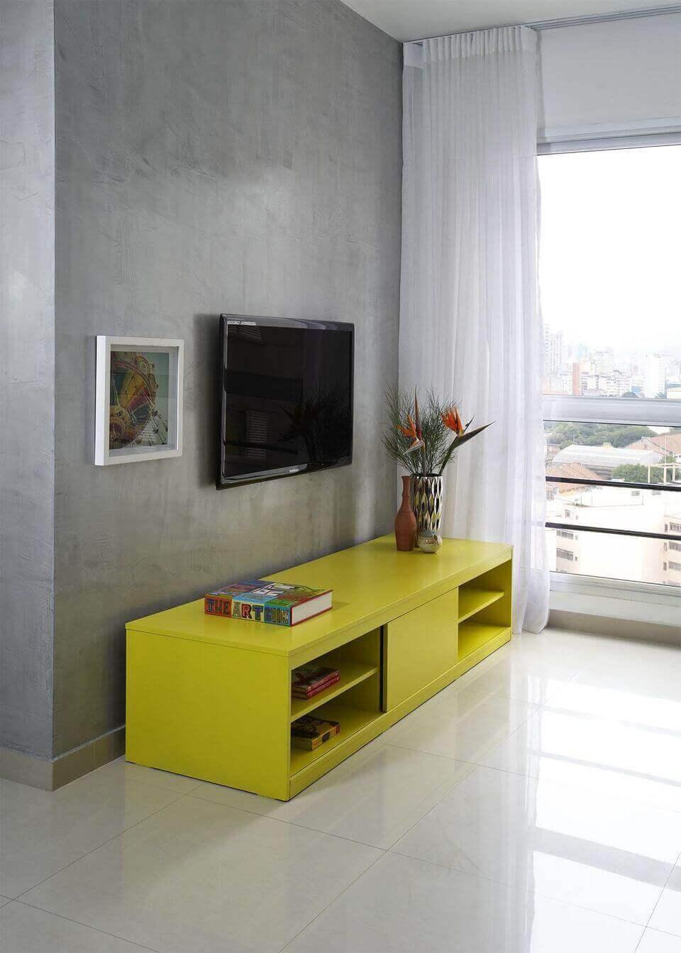 cor amarela - sala de estar com rack amarelo
