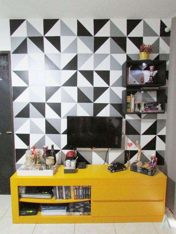 cor amarela - sala de estar pequena com rack amarela