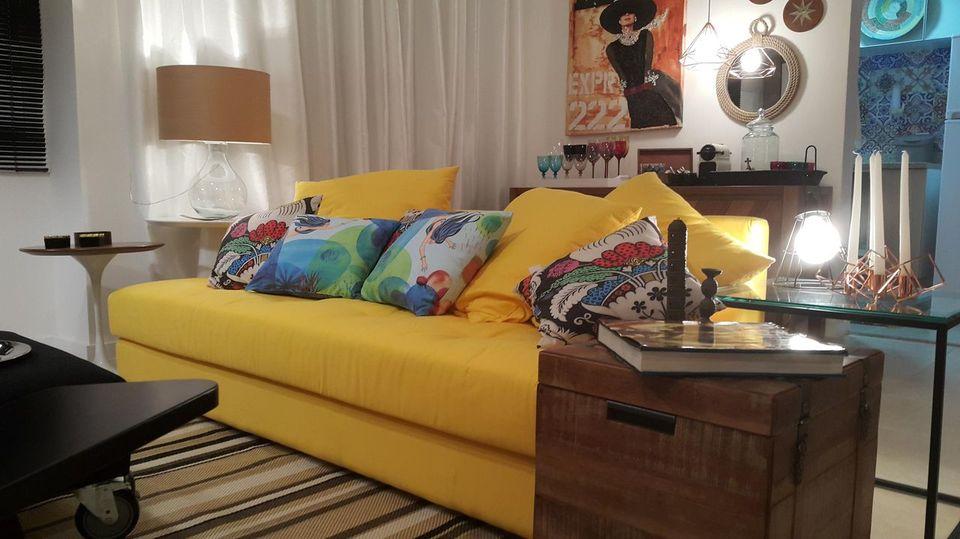 cor amarela - sofá amarelo em sala de estar