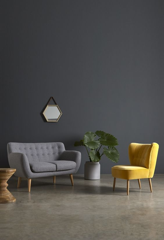 cor amarela - sofá cinza e poltrona amarela
