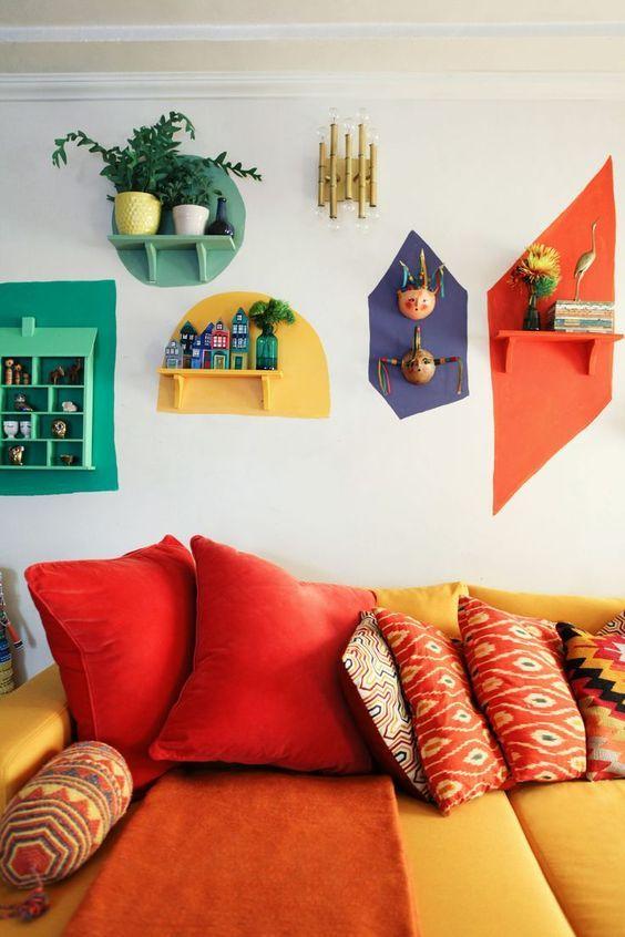 cor amarela - sofá com tecido amarelo e almofadas com estampas