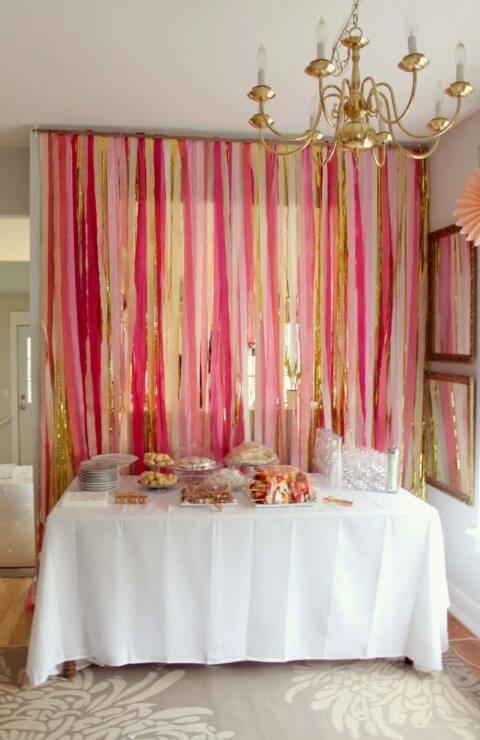 Cortina de papel crepom rosa com dourado
