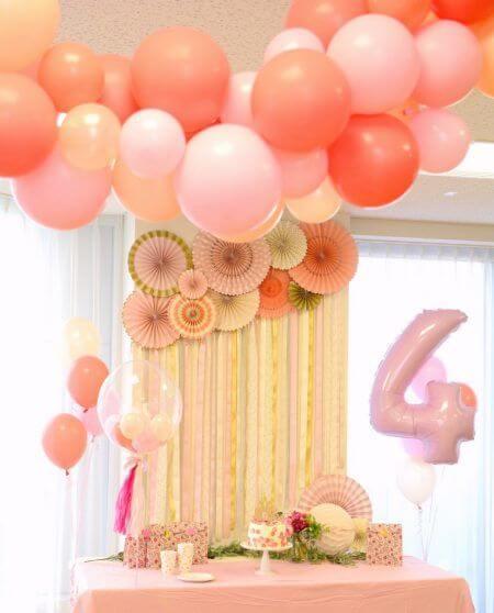 Balões e flores de papel são lindas para combinar com a cortina de papel crepom