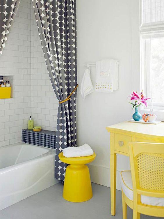 cortina para banheiro - banheiro amarelo com cortina de bolinhas