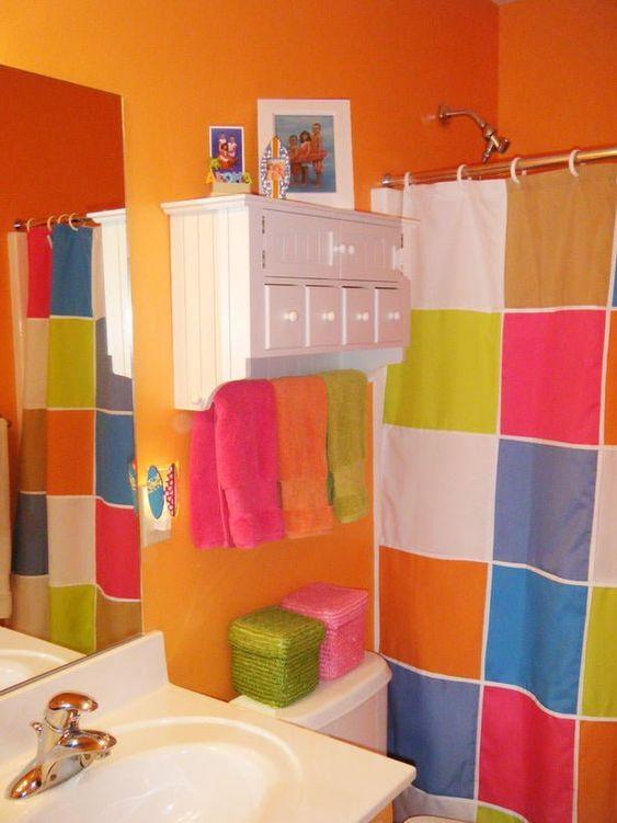 cortina para banheiro - banheiro colorido com cortina quadriculada