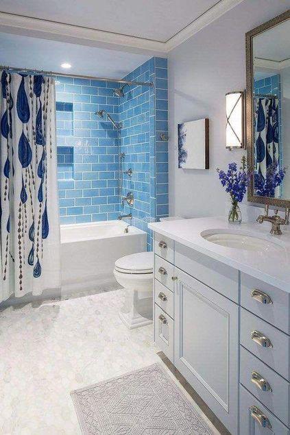 cortina para banheiro - banheiro com ladrilhos azuis e cortina ilustrada
