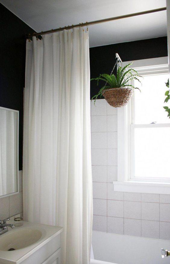 cortina para banheiro - banheiro com plantas e cortina branca