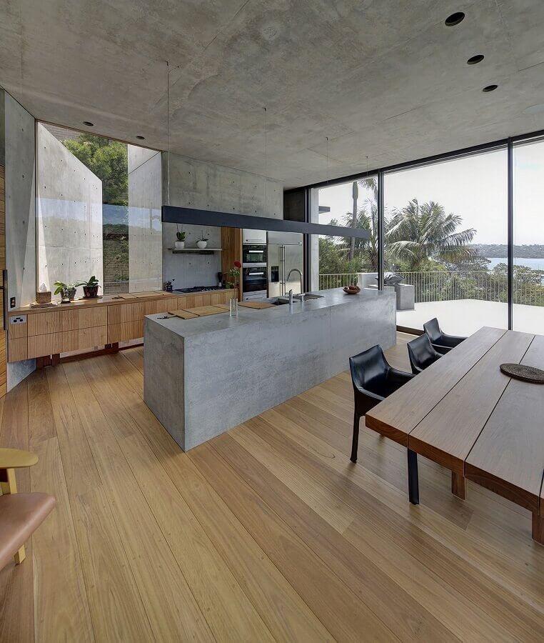 cozinha ampla decorada com bancada de concreto e armários de madeira Foto Bella Vie Interiors