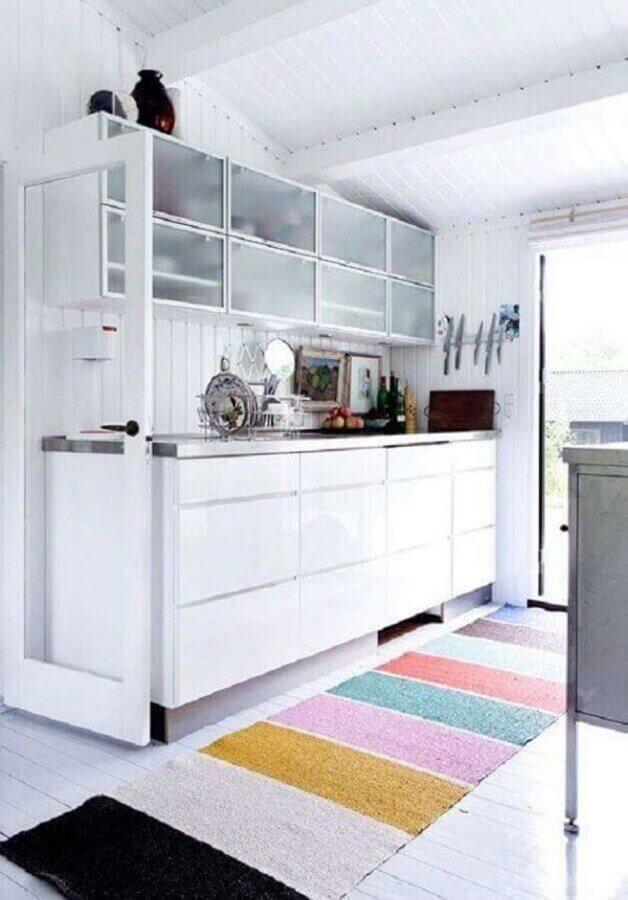 cozinha branca pequena decorada com tapete colorido Foto Apartment Therapy